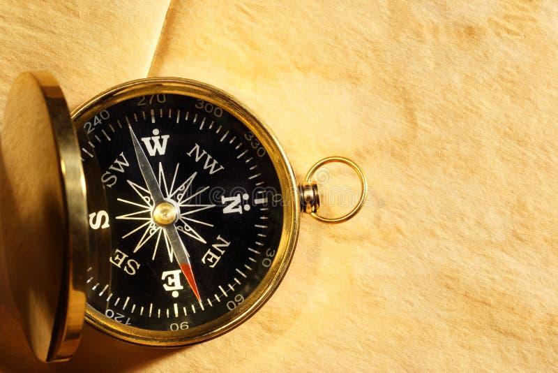 Винтажный компас на пожелтетой бумаге стоковые фото