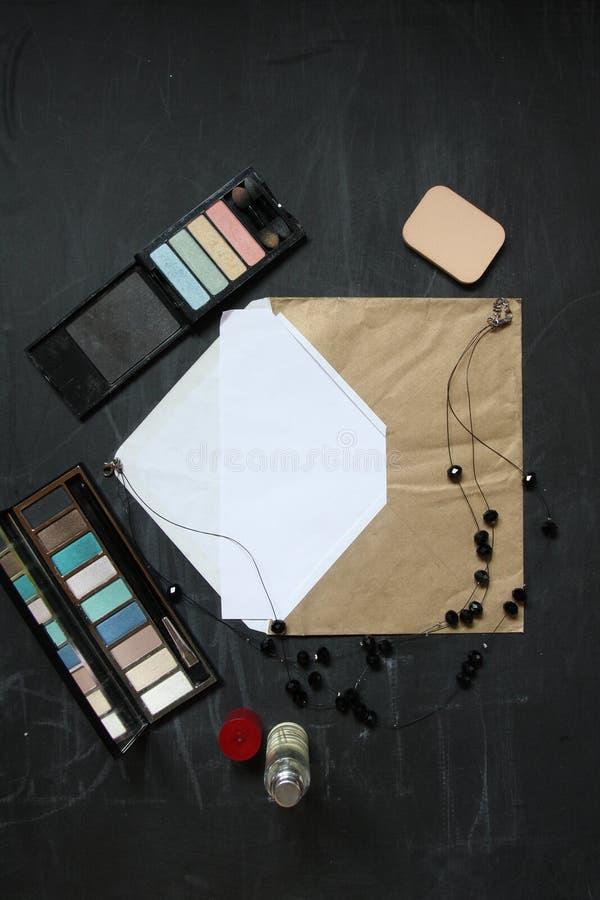 Винтажный конверт с черными ожерельем и тенями для век для вашего текста стоковое фото rf