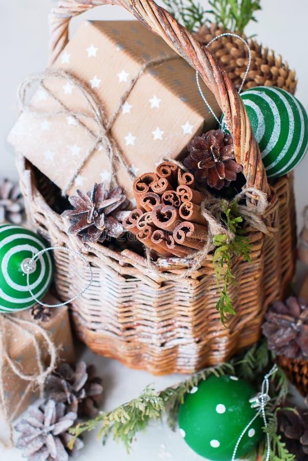 Винтажный конус сосны шариков корзины подарка рождества стоковые изображения