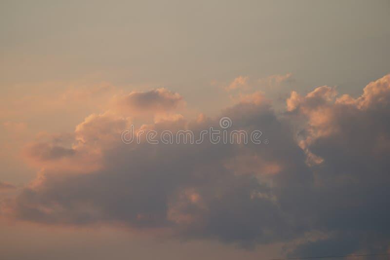 Винтажный красивый период голубого неба после обеда и время сумерек стоковое изображение rf