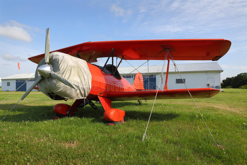 Винтажный красный самолет-биплан стоковая фотография
