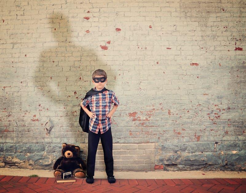 Винтажный мальчик супергероя с большой тенью стоковое изображение rf