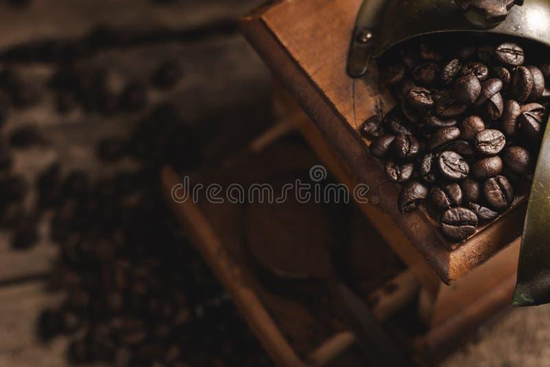 Винтажный механизм настройки радиопеленгатора с фасолями и земным кофе стоковые фотографии rf