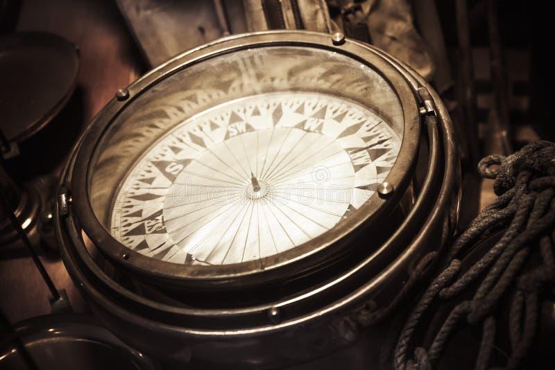 Винтажный морской компас, фото крупного плана стоковая фотография rf