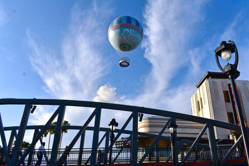 Винтажный мост, уличный свет, ресторан стиля Арт Деко и воздушный шар на озере Buena Vista Открытка перемещения стоковые фото