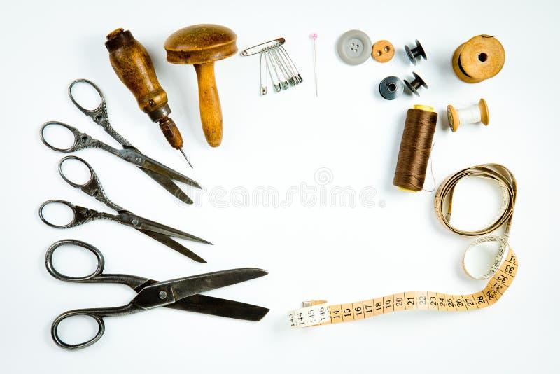 Винтажный набор инструментов портноя, старая аппаратура для ручной работы портняжничать стоковые изображения rf