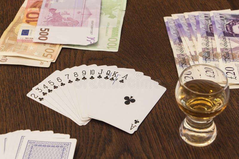 Винтажный натюрморт играя карточек, деньги наличных денег и снятый alc стоковые изображения rf