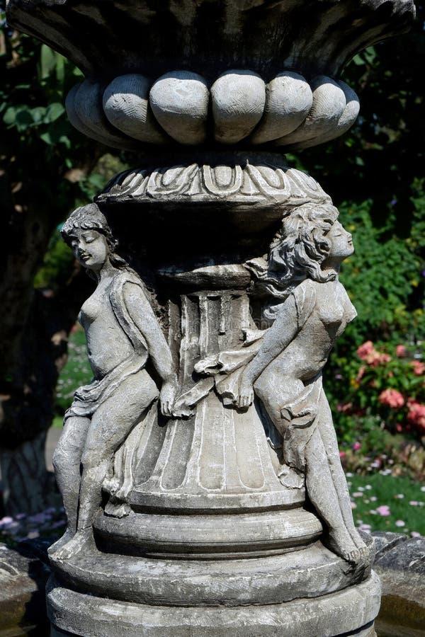 Винтажный на открытом воздухе фонтан с маленькими ангелами стоковое фото rf