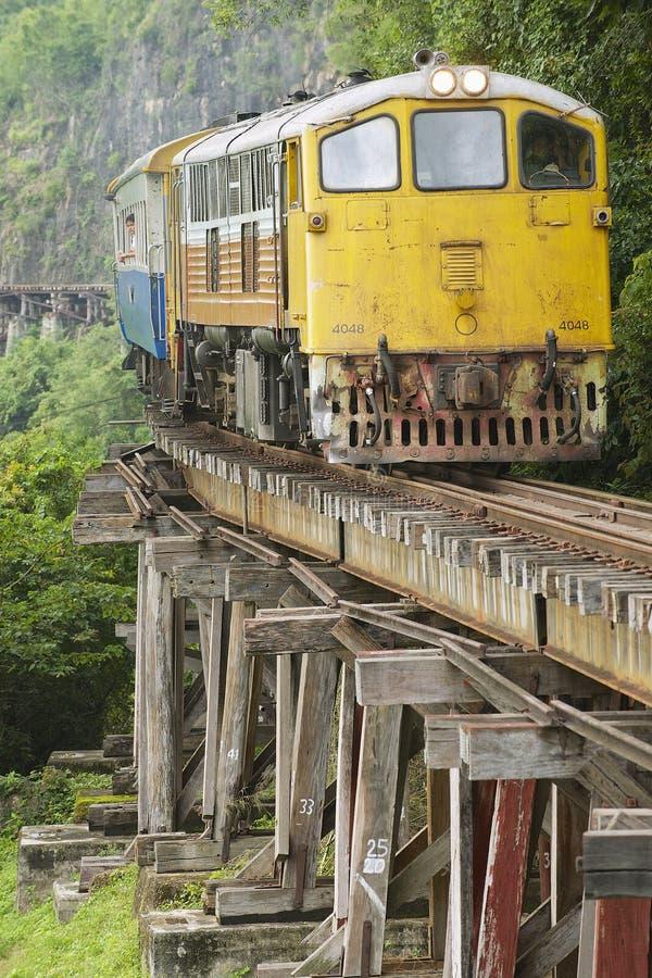 Винтажный локомотив проходит железную дорогу смерти в Kanchanaburi, Таиланде стоковые фотографии rf