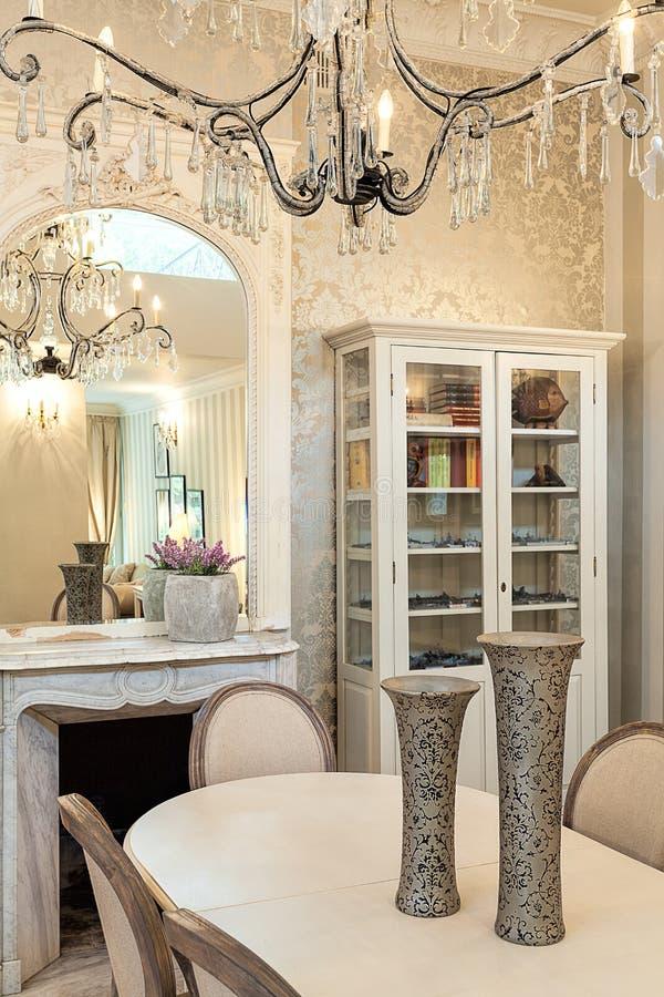 Винтажный особняк - обеденный стол и люстра стоковые изображения