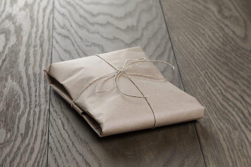 Винтажный пакет стиля обернутый с веревочкой стоковые фотографии rf