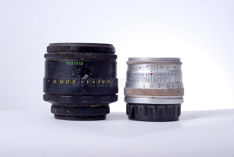 Винтажный пакостный объектив камеры на белой предпосылке стоковое фото