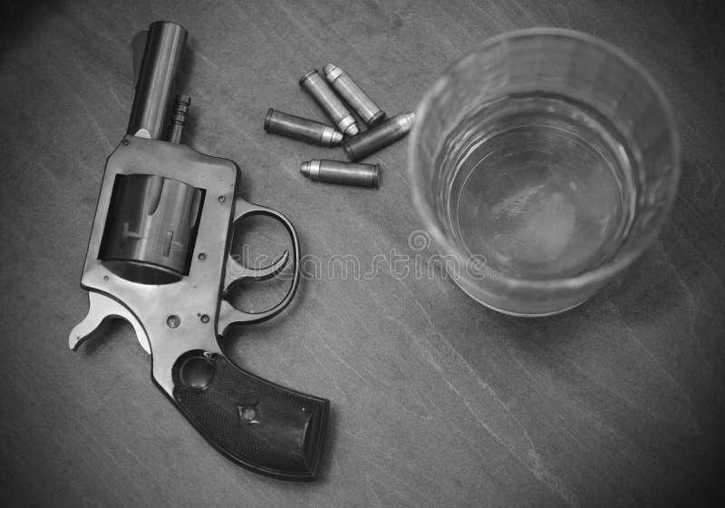 Винтажный пистолет или оружие с выпивкой и пулями стоковая фотография rf