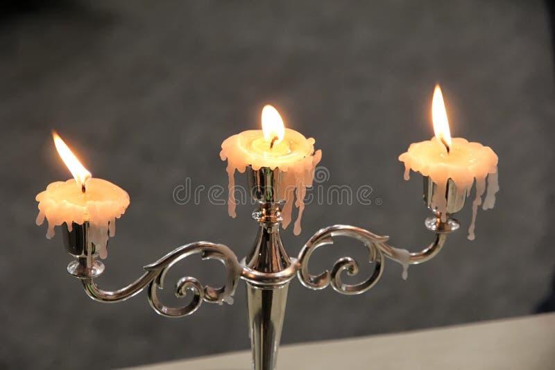 Винтажный подсвечник с 3 горящими свечами стоковая фотография rf