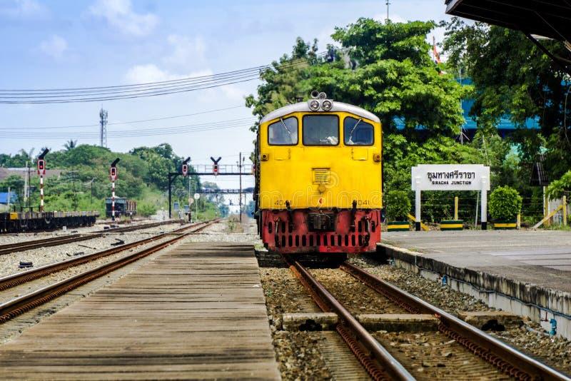 Винтажный поезд на вокзале в Таиланде стоковые изображения