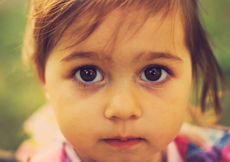 Винтажный портрет крупного плана милого унылого ребенк с большими глазами стоковое фото rf