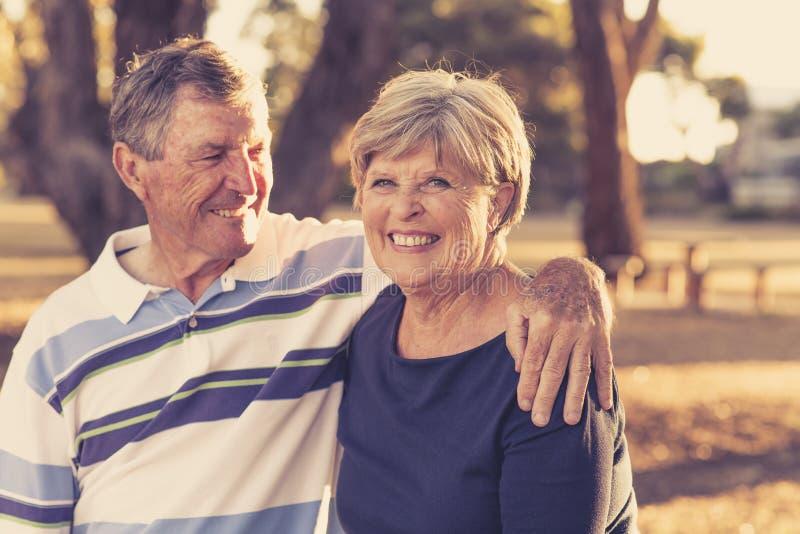 Винтажный портрет фильтра американского старшего красивого и счастливого зрелого smilin влюбленности и привязанности пар около 70 стоковая фотография rf