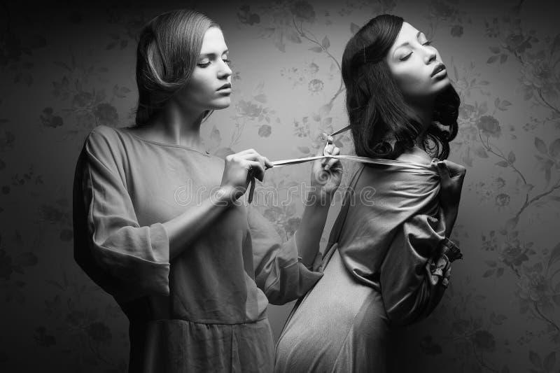 Винтажный портрет 2 шикарных молодых женщин (подруги) стоковое фото rf