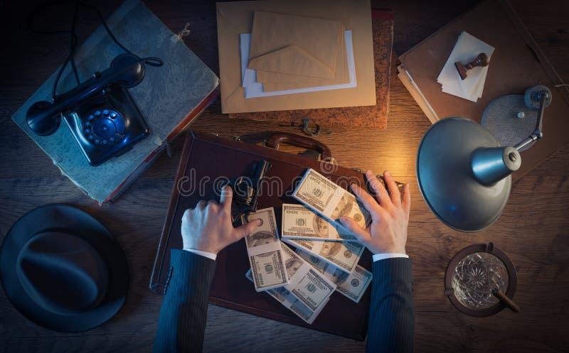 Винтажный преступник с оружием и долларами стоковая фотография