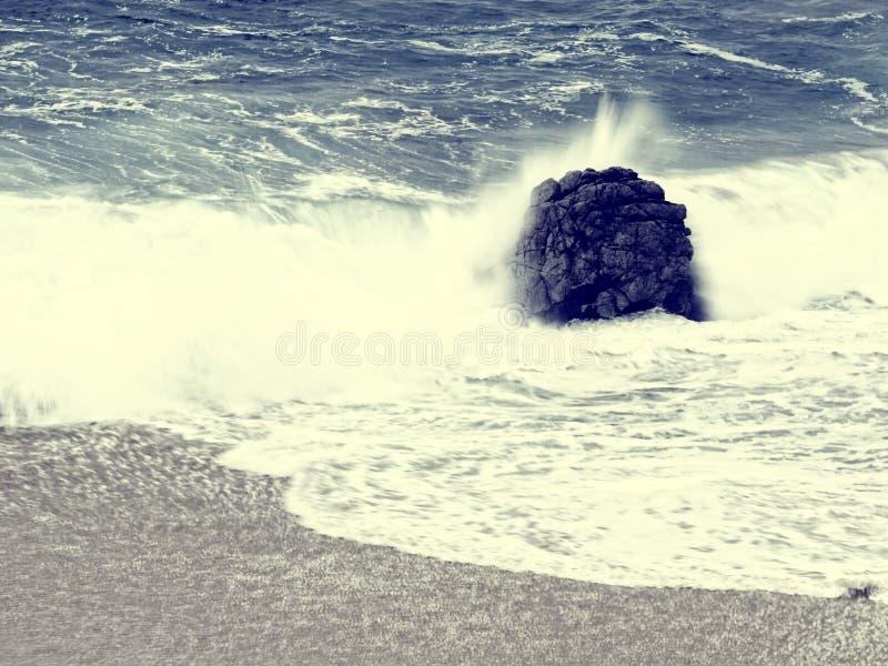 Винтажный пляж стиля с песком и волной утеса стоковые фотографии rf