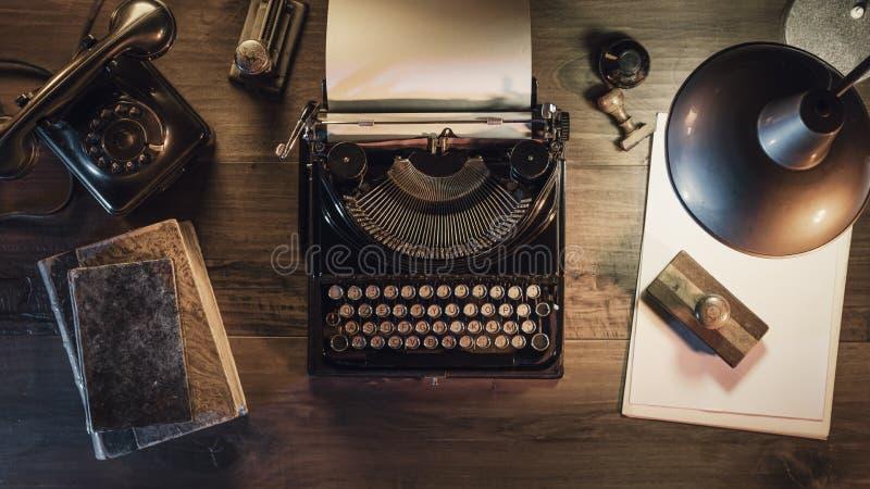 Винтажный рабочий стол журналиста с машинкой и телефоном стоковые изображения
