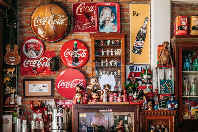 Винтажный ретро знак питья соды колы и винтажная игрушка стоковая фотография rf