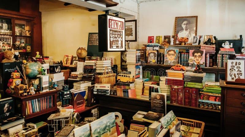 Винтажный ретро местный книжный магазин с деревянными книжными полками и много стоковое изображение rf