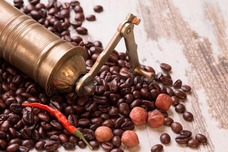 Винтажный ручной механизм настройки радиопеленгатора при изолированные кофейные зерна стоковая фотография