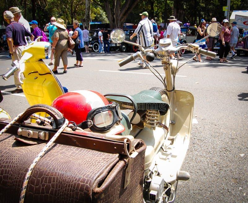 Винтажный самокат мотоцилк с красным шлемом в классических мотор-шоу на день Австралии стоковое изображение rf