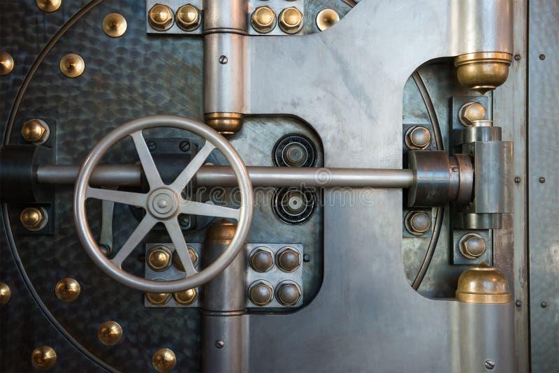 Винтажный сейф двери банковского хранилища стоковое изображение