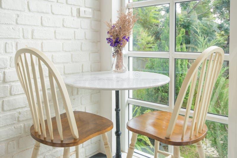 Винтажный силл стула и таблицы и окна в предпосылке стоковое изображение