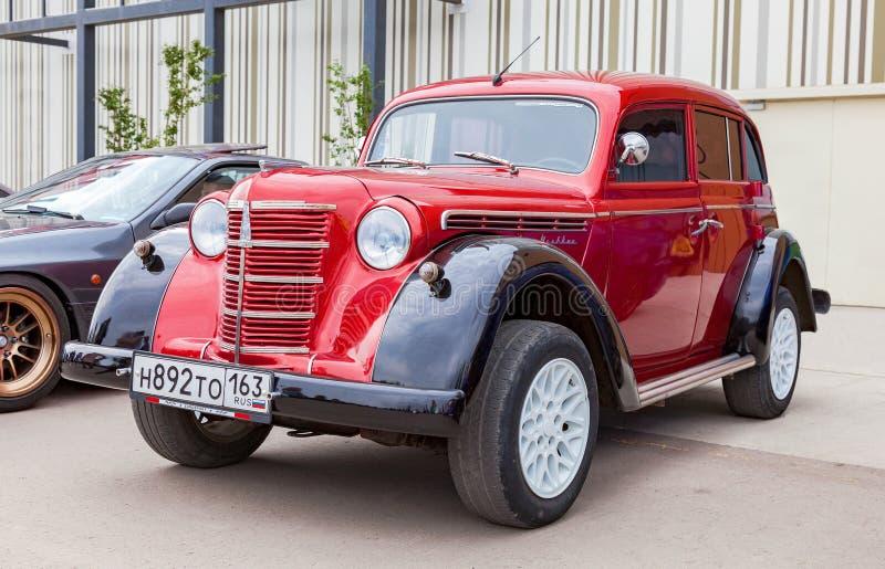 Винтажный советский автомобиль Moskvich-401 в историческом центре стоковые фото