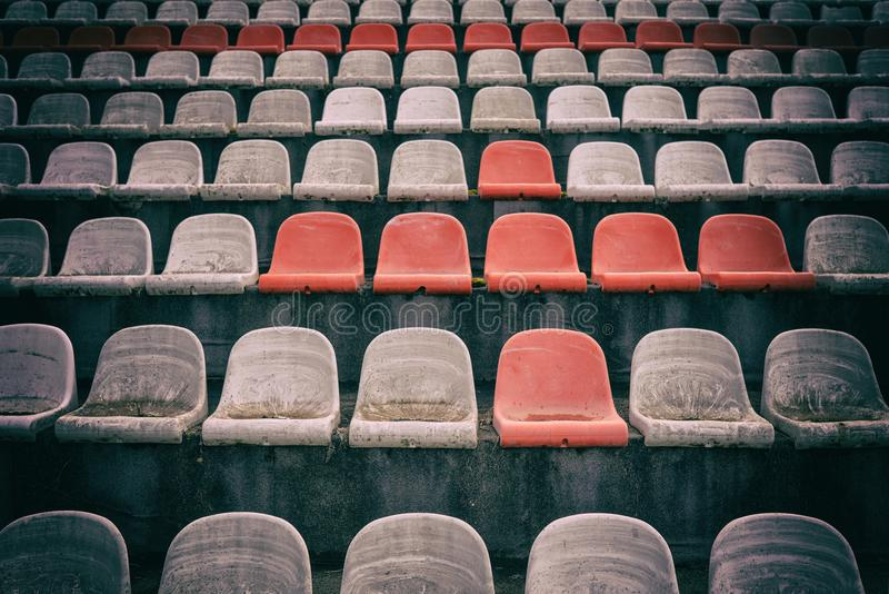 Винтажный стадион предводительствует старое время не используемое с цветами пыли красными и белыми стоковая фотография