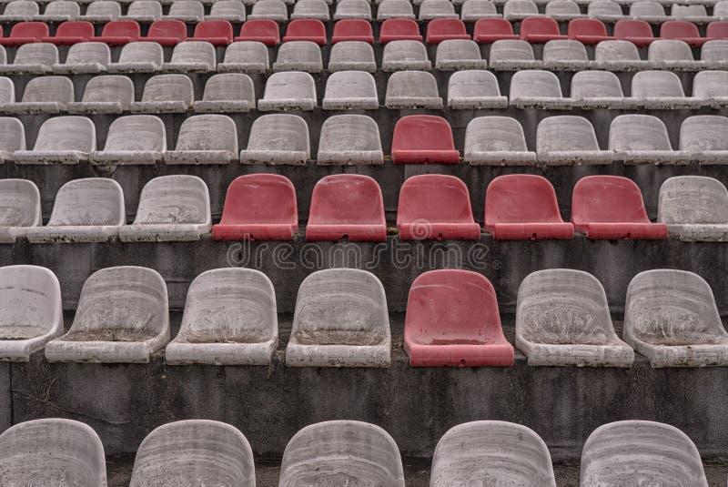 Винтажный стадион предводительствует старое время не используемое с цветами пыли красными и белыми стоковые изображения
