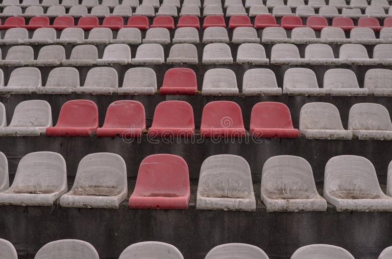Винтажный стадион предводительствует старое время не используемое с цветами пыли красными и белыми стоковое изображение rf