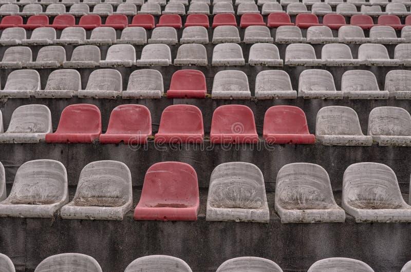 Винтажный стадион предводительствует старое время не используемое с цветами пыли красными и белыми стоковые фото
