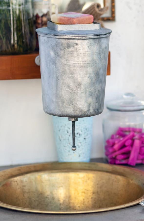 Винтажный стальной и латунный умывальник стоковое фото