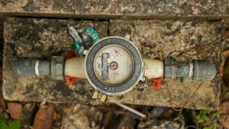 Винтажный старый белый счетчик воды на пакостном конкретном камне в Ga стоковое изображение rf