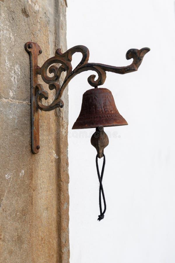Винтажный старый вид колокола металла на каменном своде стоковое фото rf