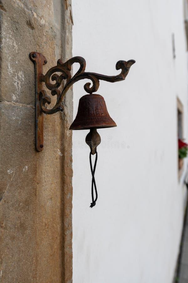 Винтажный старый вид колокола металла на каменном своде стоковое фото