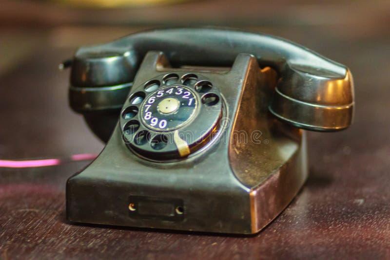 Винтажный старый роторный телефон Античное роторное collectio телефона стоковое изображение rf