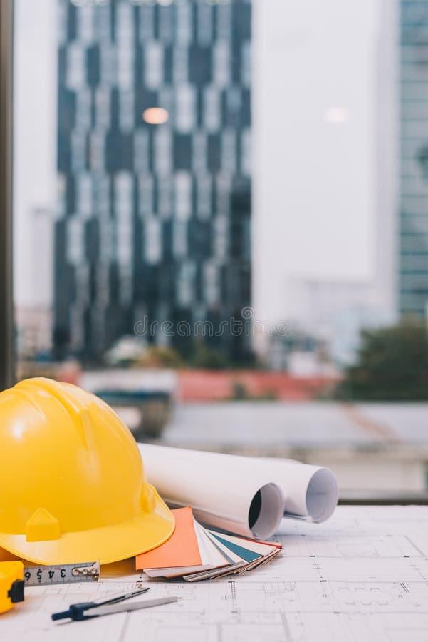 Винтажный стол дела подрядчика инженера с оборудованием, голубой стоковое изображение