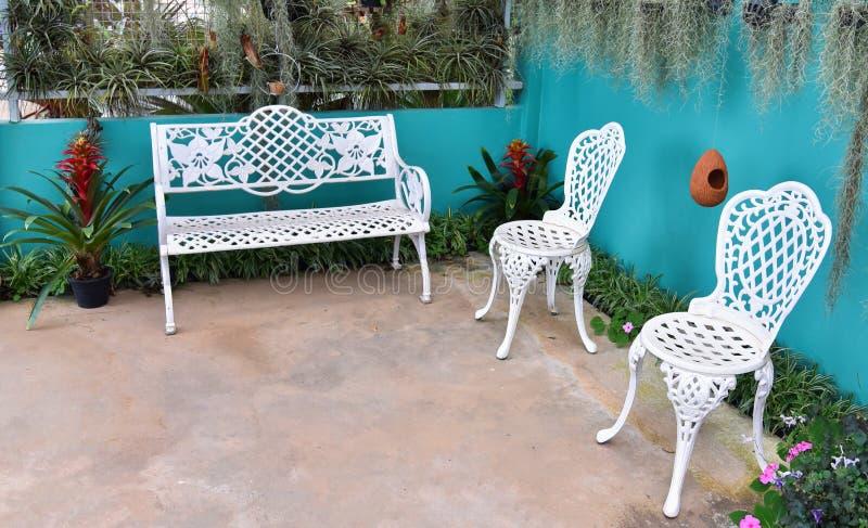 Винтажный стул в саде стоковые изображения