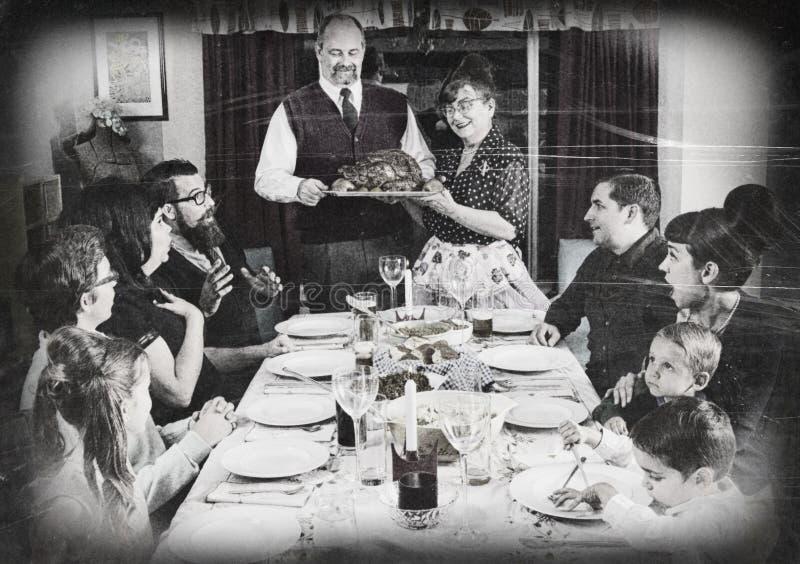 Винтажный сход семьи для обедающего Турции праздника стоковое фото