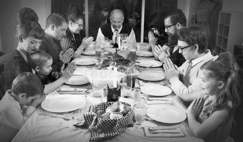 Винтажный сход семьи для обедающего Турции праздника стоковые изображения