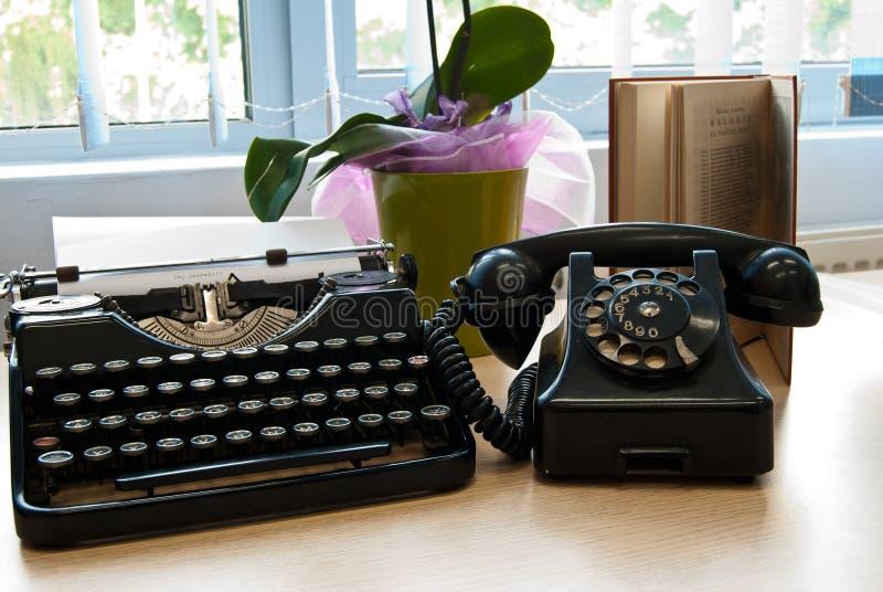 Download Винтажный телефон и машинка Стоковое Фото - изображение насчитывающей редактор, антиквариаты: 41651358