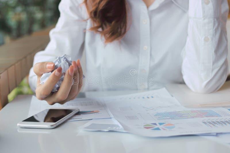 Винтажный тон изображения рук удерживания коммерсантки скомкал бумагу на столе в офисе Разочарованная концепция дела стресса стоковые фотографии rf
