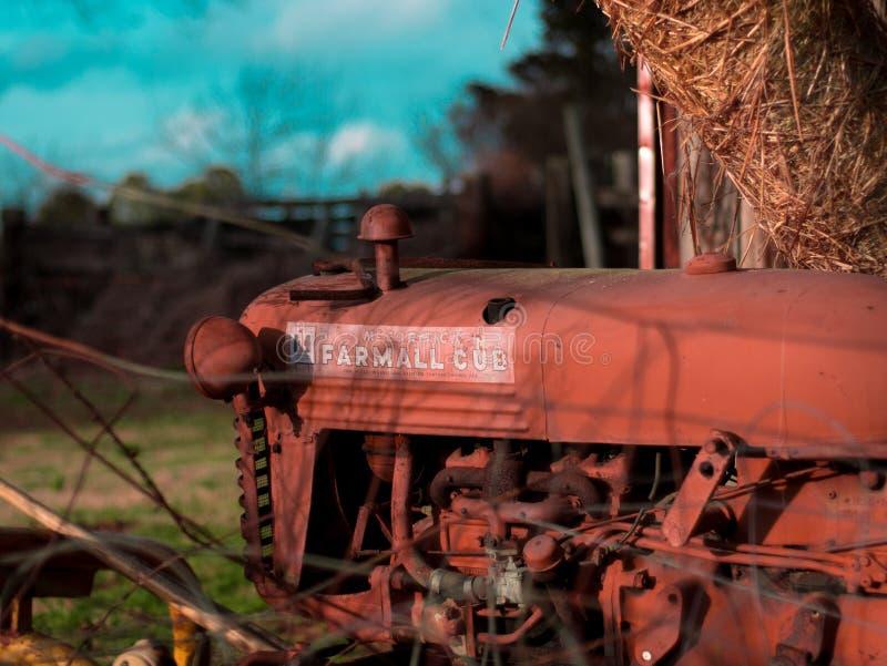 Винтажный трактор сидя в амбаре стоковое изображение rf