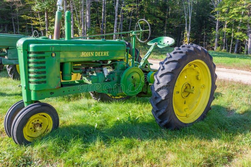 Винтажный трактор b модели John Deere стоковая фотография