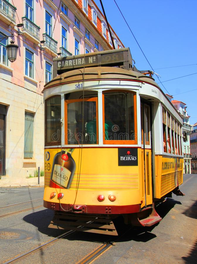 Винтажный трамвай в Лиссабоне, Португалии на солнечный летний день стоковые фотографии rf